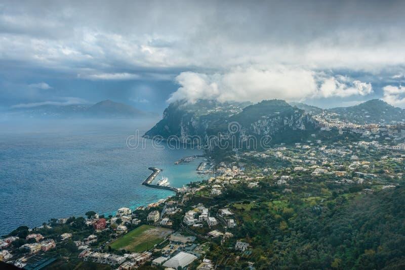 Opinião da ilha de Capri sob o céu nebuloso após a tempestade imagem de stock