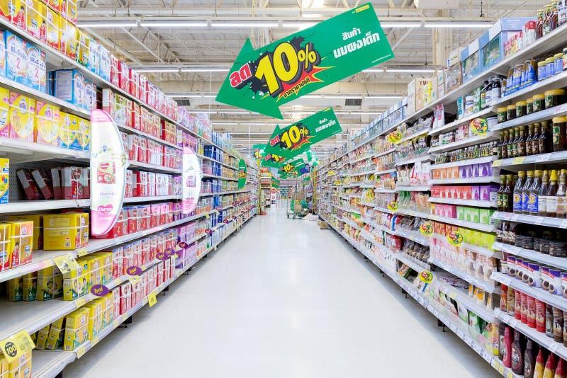 Opinião da ilha de um supermercado de Tesco Lotus fotografia de stock