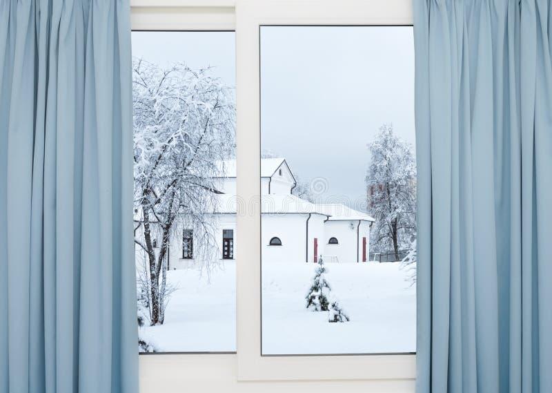 Opinião da janela do inverno da construção imagem de stock royalty free