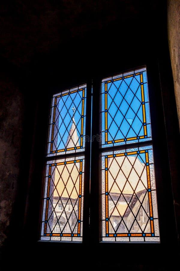 Opinião da janela em um castelo romeno fotografia de stock