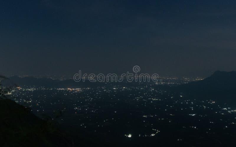 Opinião da luz da cidade na noite foto de stock