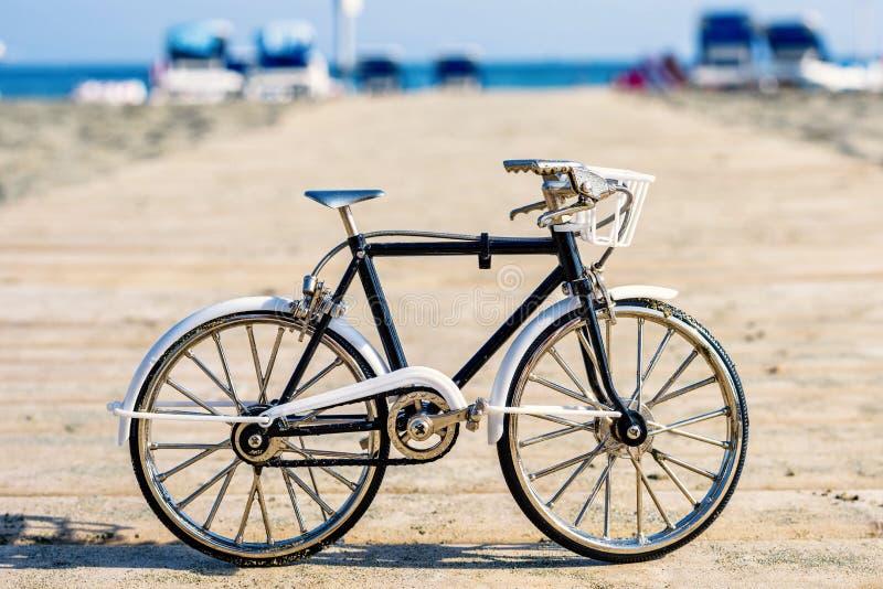 Opinião da luz do dia à lembrança da bicicleta do artesanato no cais de madeira imagem de stock royalty free