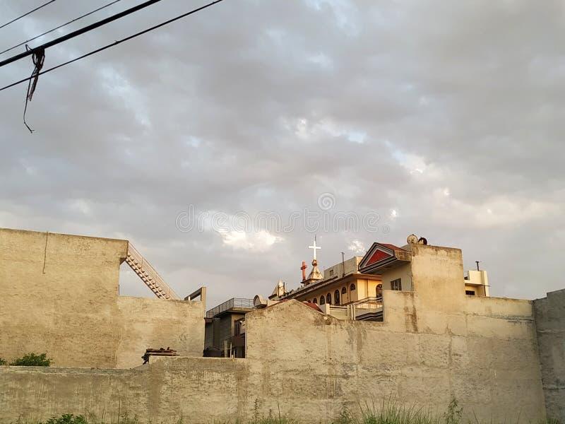 Opinião da luz do dia da construção e das nuvens foto de stock royalty free