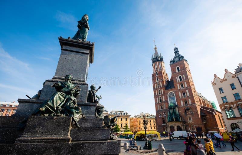 Opinião da luz do sol dos monumentos e de torres antigas no quadrado central da cidade de Krakow fotografia de stock