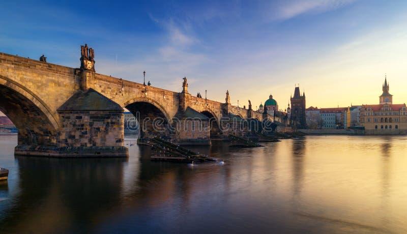 Opinião da manhã Charles Bridge em Praga, República Checa O ch foto de stock royalty free