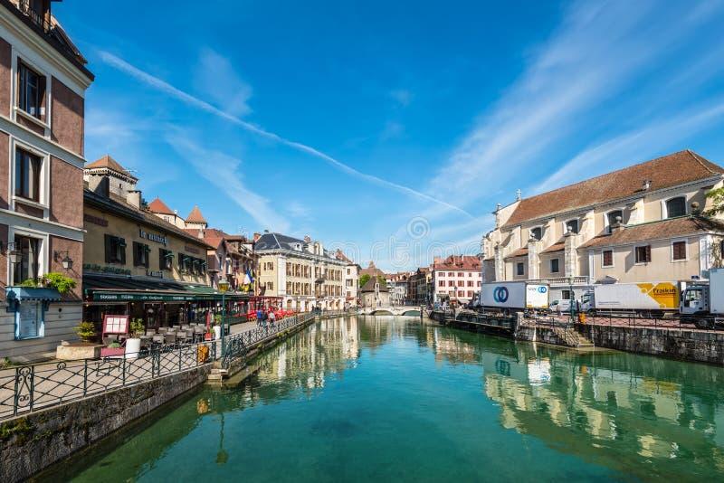 Opinião da manhã de Annecy e de Palais de l ilha do ` em maio foto de stock