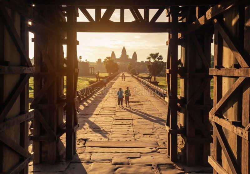 Opinião da manhã do nascer do sol na porta ocidental da entrada a Angkor Wat fotografia de stock