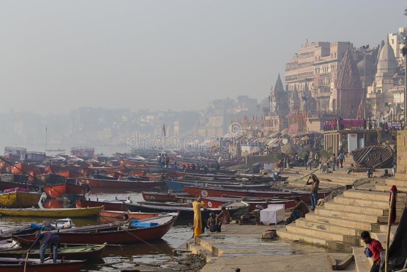 Opinião da manhã em ghats santamente de Varanasi, Índia imagens de stock