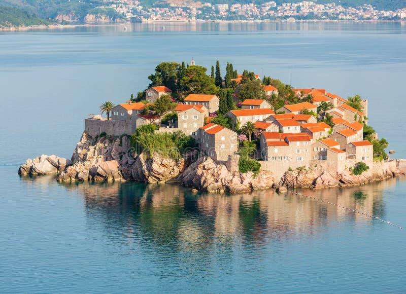 A opinião da manhã da ilhota Montenegro do mar de Sveti Stefan imagens de stock