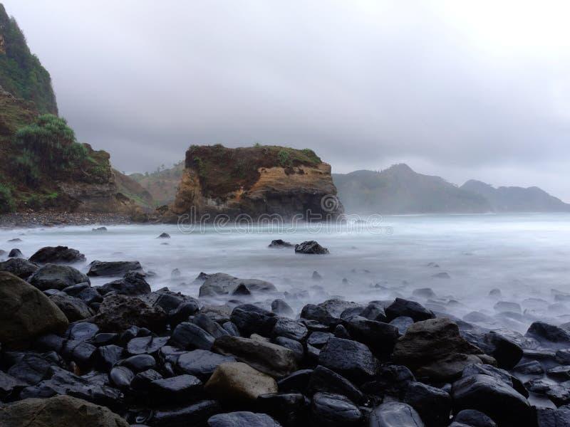 Opinião da manhã na praia de Menganti antes do nascer do sol foto de stock royalty free
