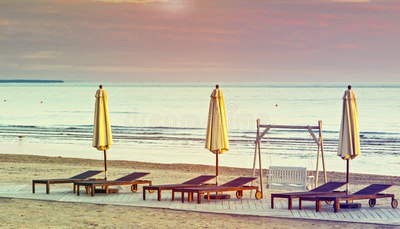 Opinião da manhã na praia pública de Jurmala imagens de stock