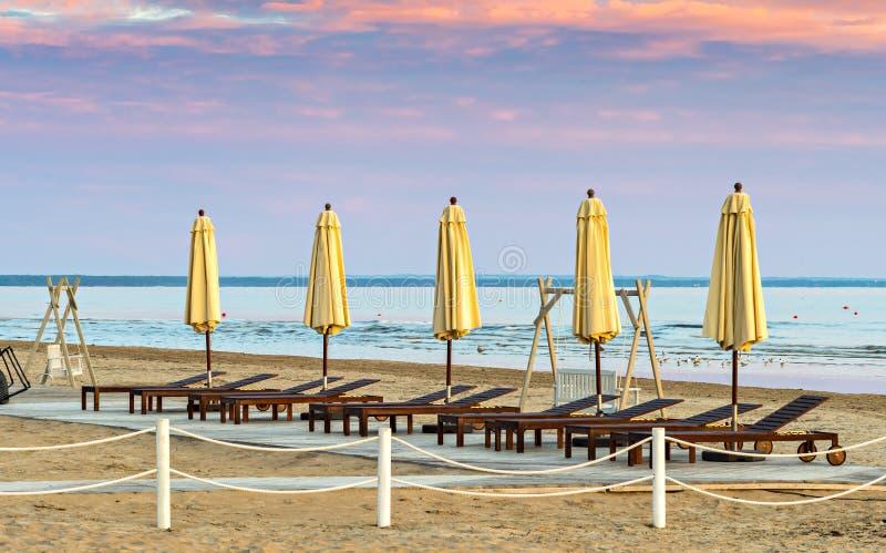 Opinião da manhã na praia pública de Jurmala fotos de stock royalty free