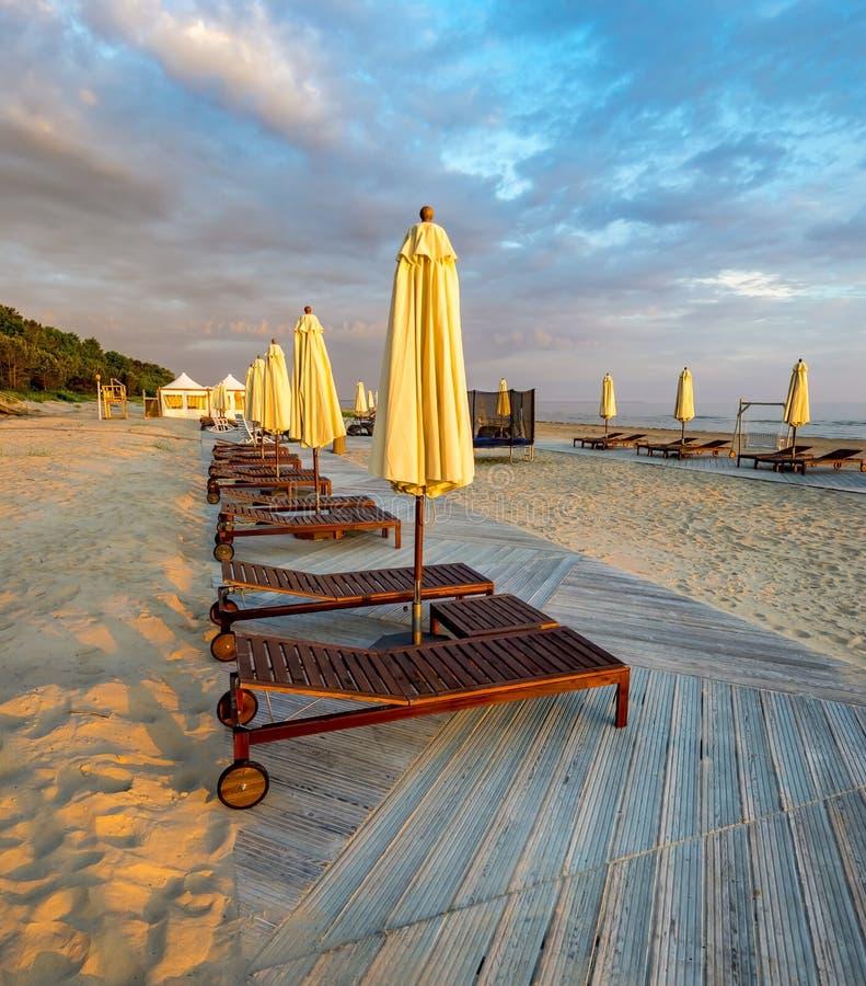 Opinião da manhã na praia pública de Jurmala imagem de stock