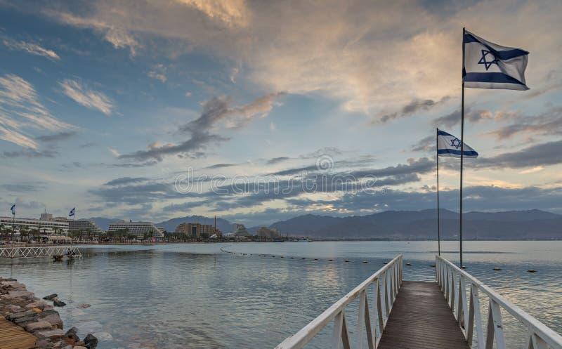 Opinião da manhã no golfo de Aqaba e nas estâncias de Eilat, Israel fotografia de stock royalty free