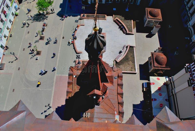 Opinião da manhã da torre de sino do esmagamento na abóbada e quadrado na frente do F Mim Monumento de Chaliapin imagem de stock royalty free