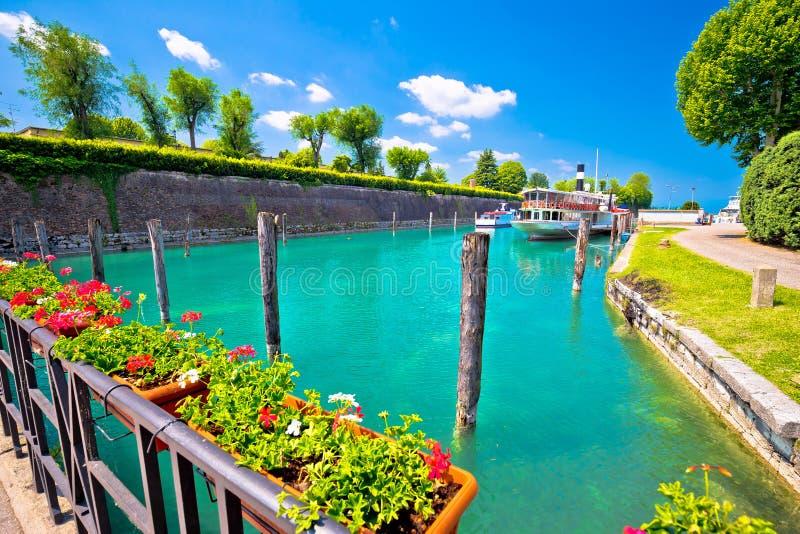 Opinião da margem de turquesa de Peschiera del Garda fotos de stock royalty free