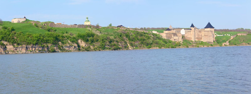 Opinião da mola da fortaleza de Khotyn (Ucrânia) foto de stock royalty free