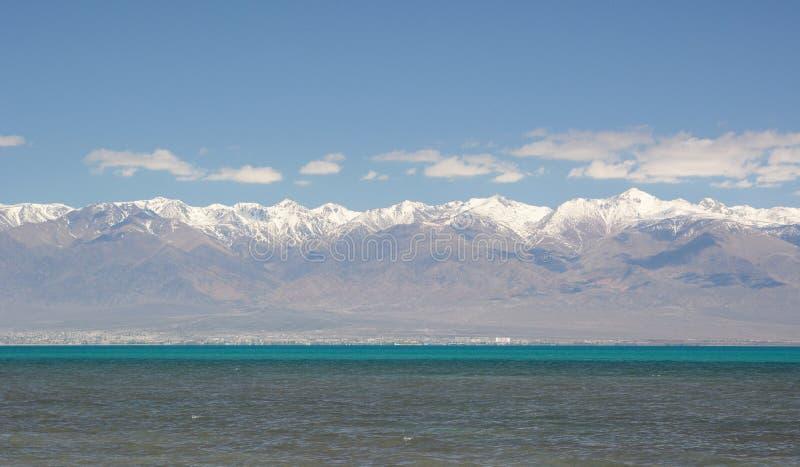 Opinião da mola do lago Issyk-Kul kyrgyzstan imagens de stock royalty free
