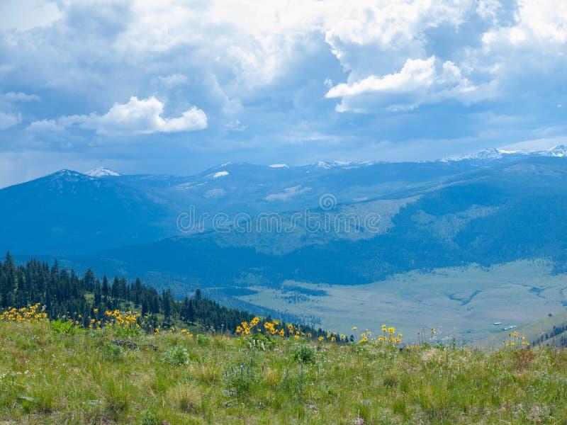Opinião da montanha e do vale imagens de stock royalty free