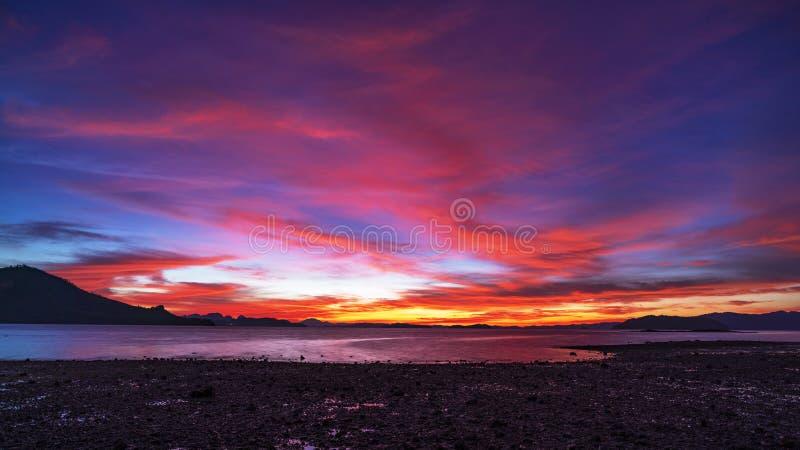 Opinião da natureza da paisagem, nascer do sol claro bonito ou por do sol sobre o mar em phuket Tailândia fotos de stock royalty free
