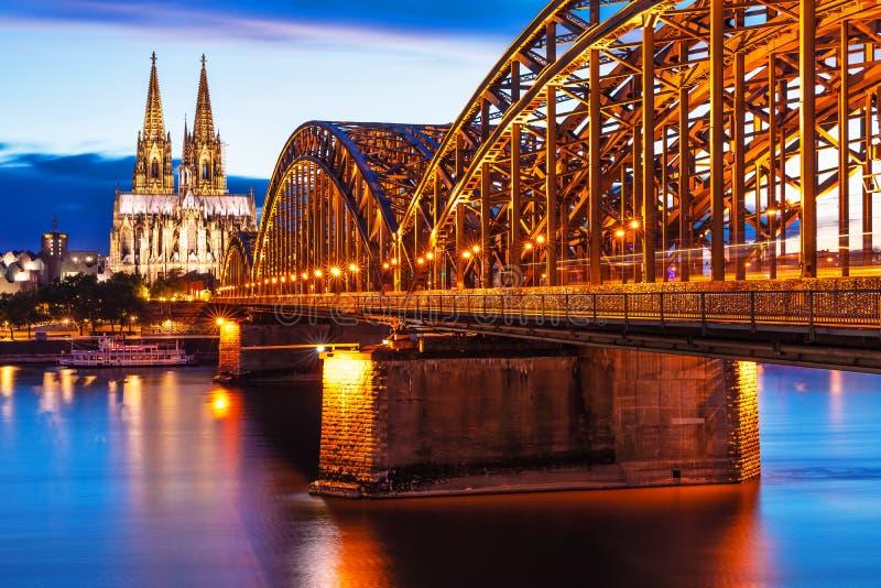 Opinião da noite da água de Colônia ou do Koln, Alemanha imagens de stock
