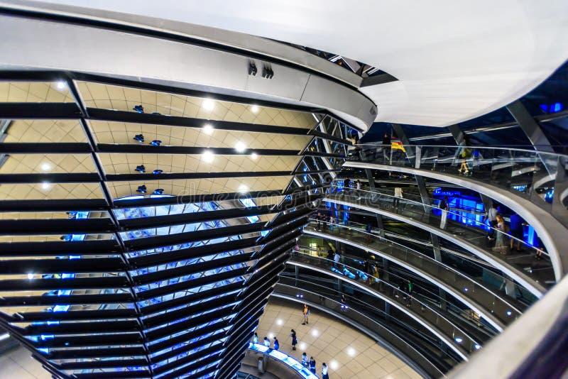 Opinião da noite da abóbada de Reichstag, construção do parlamento em Berlim, Alemanha, Europa imagem de stock royalty free