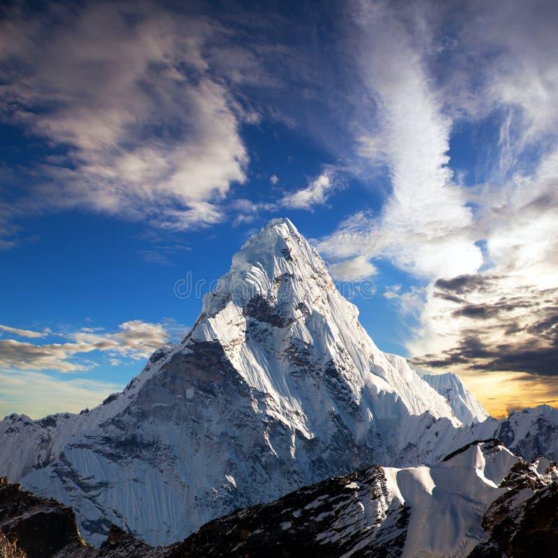 Opinião da noite Ama Dablam na maneira a Everest fotos de stock royalty free