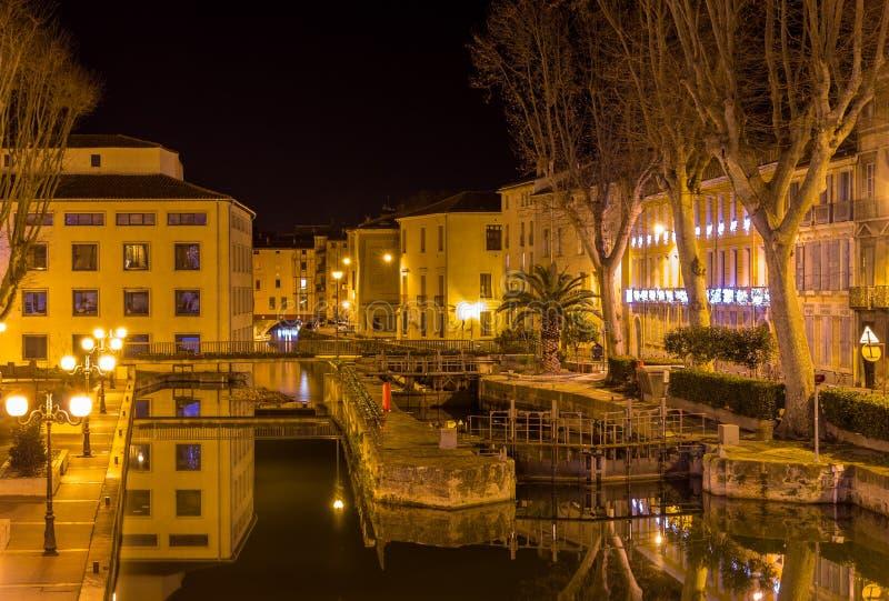 Opinião da noite Canal de la Robine em Narbonne foto de stock
