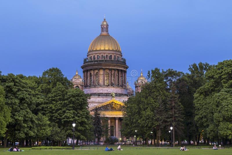 Opinião da noite da catedral do quadrado do Senado, St Petersburg do ` s do St Isaac foto de stock royalty free
