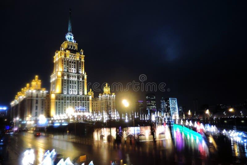 Opinião da noite da cidade de Moscou sob a chuva pesada imagens de stock royalty free