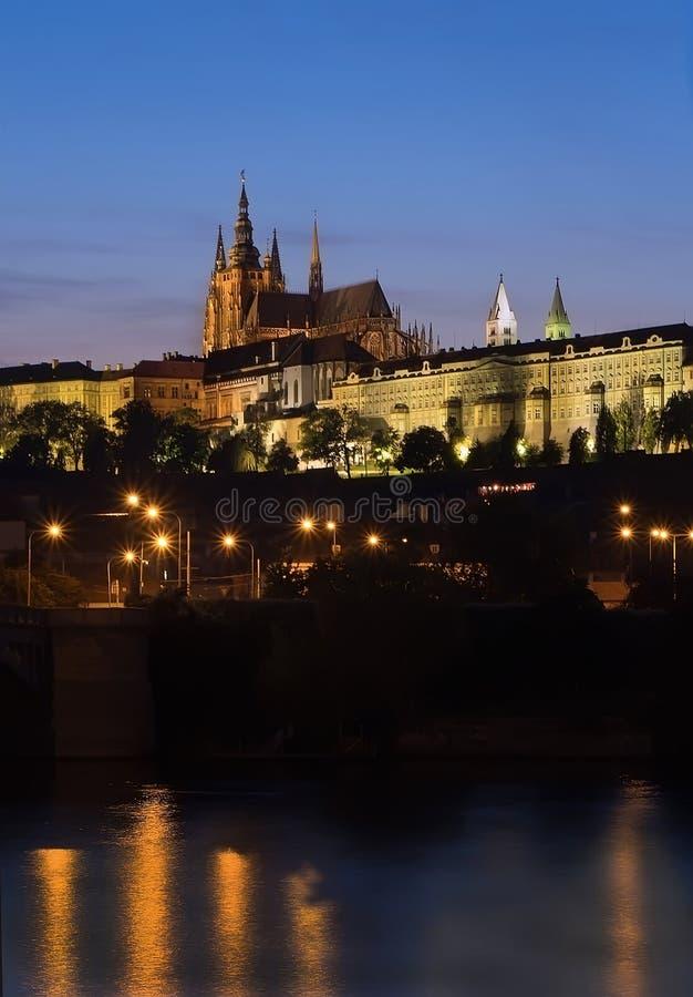 Opinião da noite com o rio do castelo Prazsky Hrad e do Vltava de Praga foto de stock royalty free