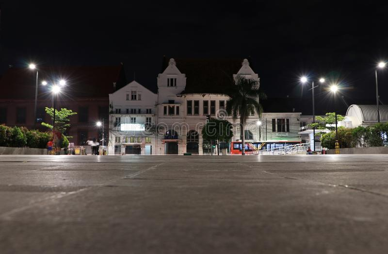 Opinião da noite da construção em Kali Besar Barat Road na vizinhança velha da cidade em Jakarta imagem de stock royalty free