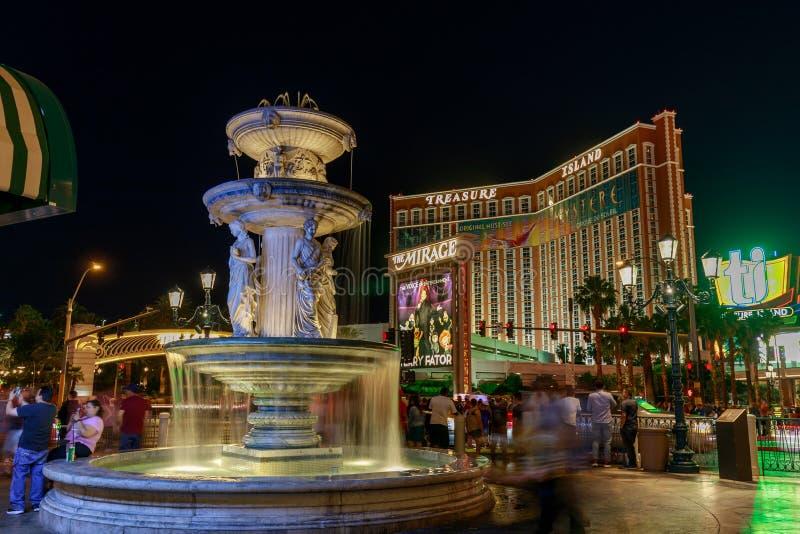 Opinião da noite da construção Venetian do hotel da ilha da fonte e do tesouro do hotel fotos de stock