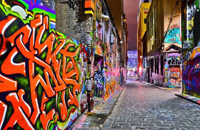 Opinião da noite da arte finala colorida dos grafittis em Melbourne foto de stock royalty free