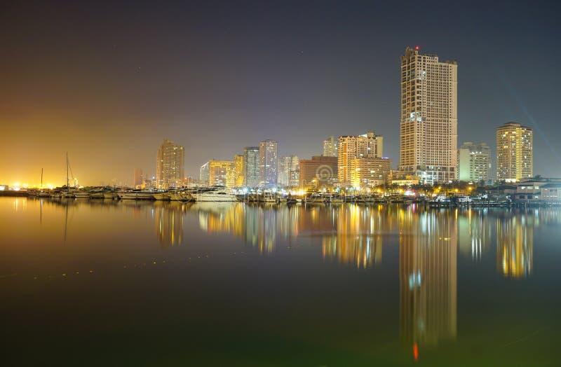 Opinião da noite da baía de Manila foto de stock royalty free