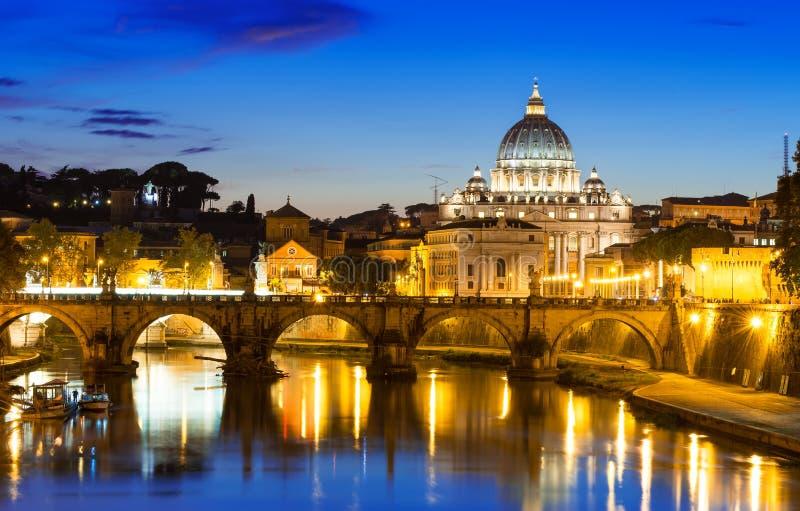 Opinião da noite da basílica St Peter e do rio Tibre em Roma imagem de stock