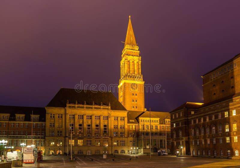 Opinião da noite da câmara municipal de Kiel, Alemanha imagem de stock royalty free