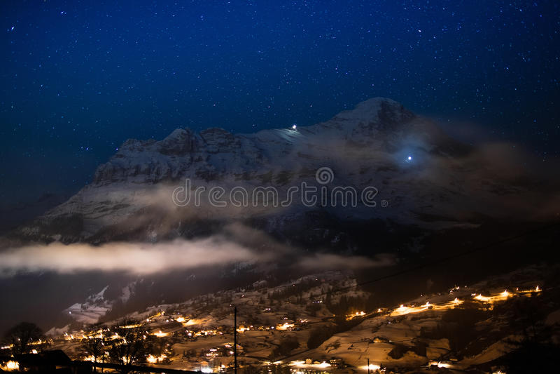 Opinião da noite da cara norte de Eiger, cumes, Suíça fotos de stock royalty free