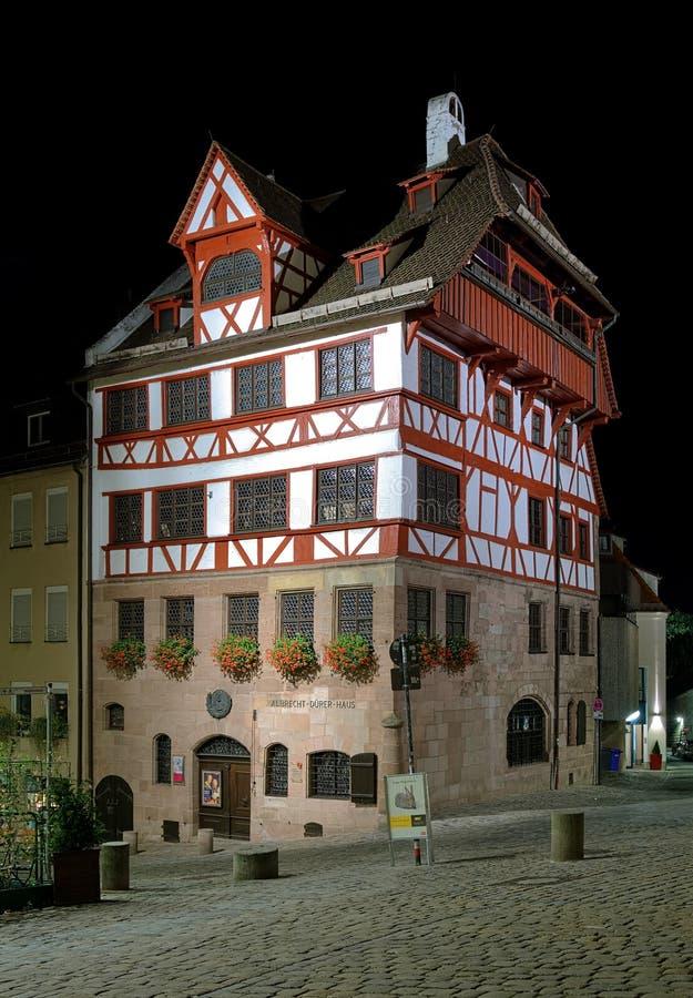 Opinião da noite da casa de Albrecht Durer em Nuremberg fotografia de stock royalty free
