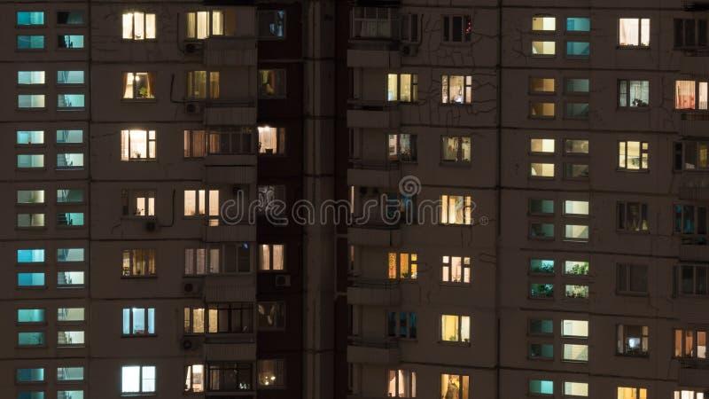 Opinião da noite da casa multistorey do painel fotos de stock royalty free