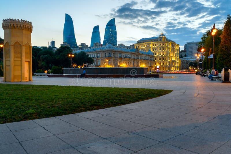 Opinião da noite da cidade com torres da chama baku foto de stock royalty free