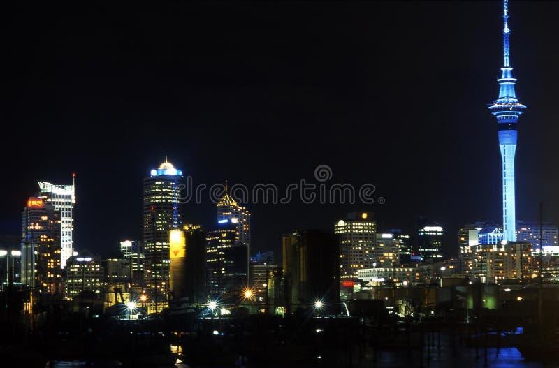 Opinião da noite da cidade de Auckland imagem de stock