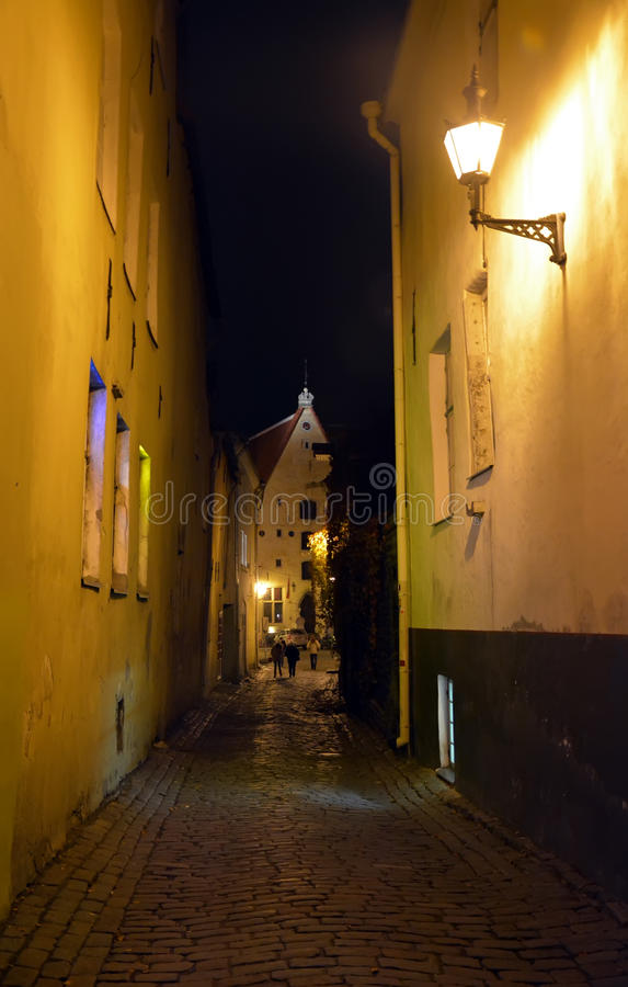 Opinião da noite da cidade de Tallinn fotografia de stock royalty free