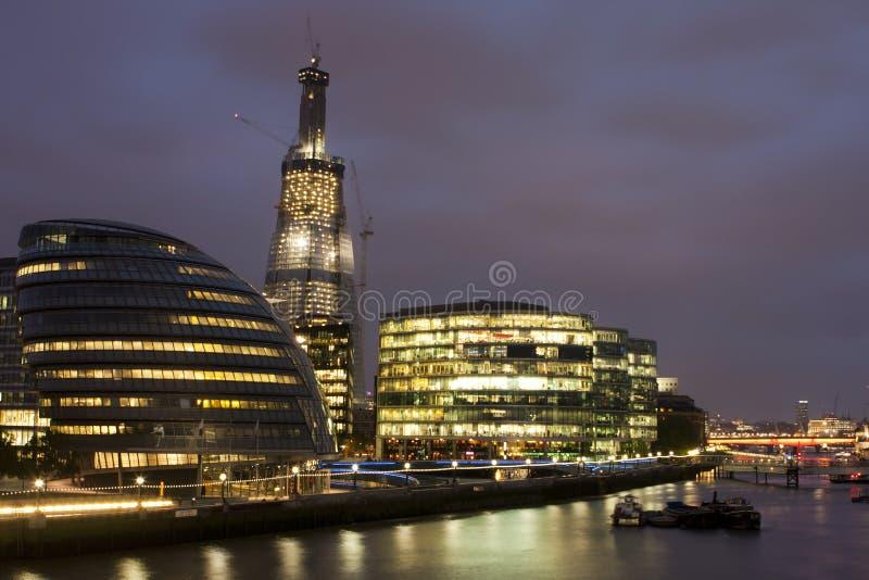 Opinião da noite da cidade salão de Londres fotos de stock