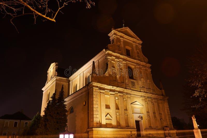 Opinião da noite da fachada barroco da igreja imagens de stock royalty free