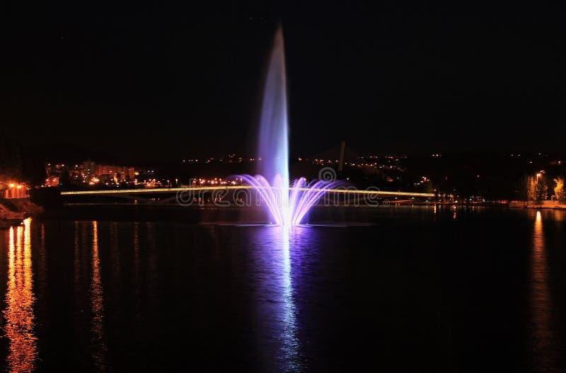 Opinião da noite da fonte de água fotos de stock