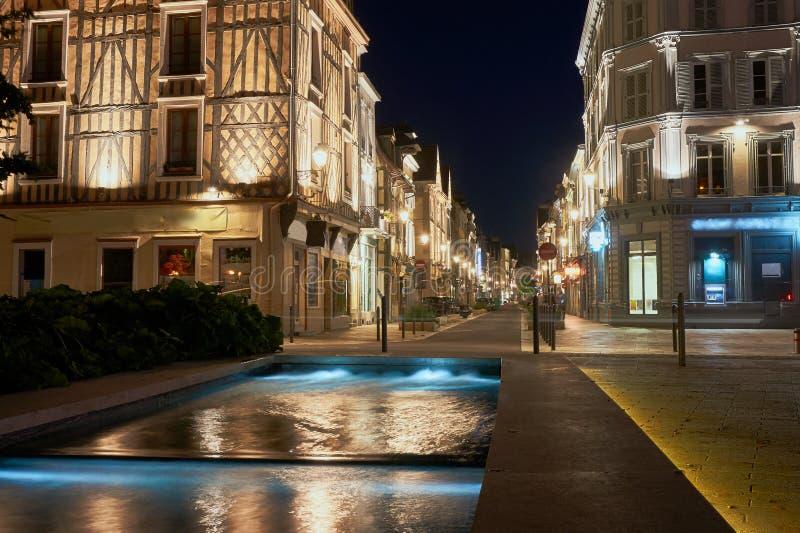 Opinião da noite da fonte e da rua imagem de stock