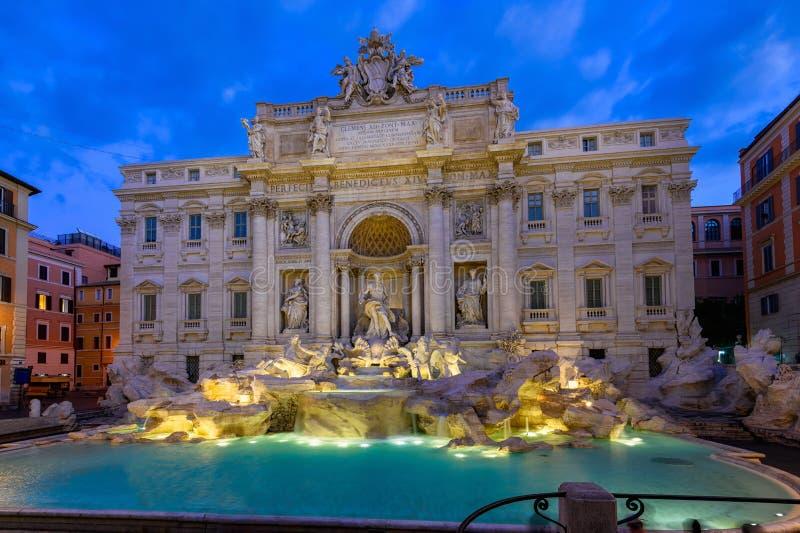 Opinião da noite da fonte Fontana di Trevi do Trevi de Roma em Roma, Itália fotos de stock