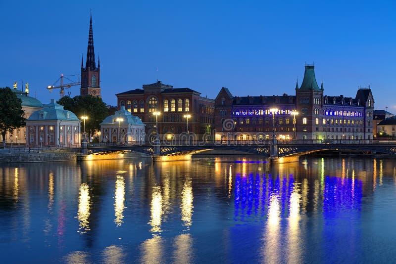 Opinião da noite da ilha de Riddarholmen em Éstocolmo, Suécia fotos de stock