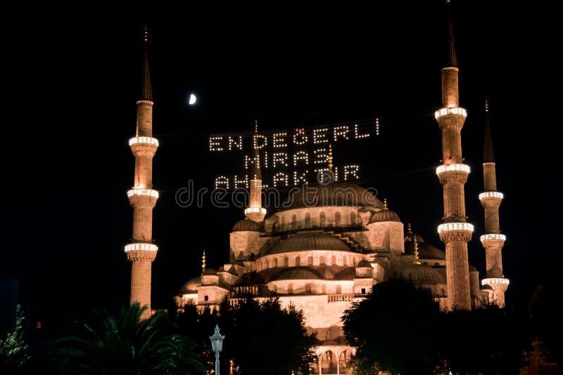 A opinião da noite da mesquita azul imagem de stock royalty free